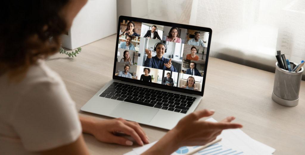 réunion virtuelle femme devant ordinateur